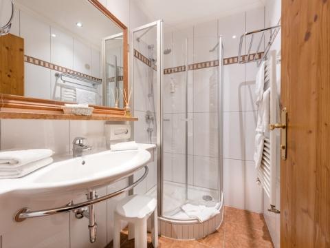 Badezimmer mit Dusche im Hotel Zauchenseehof