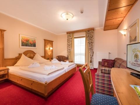 Zimmer mit Doppelbett im Familienhotel Zauchenseehof