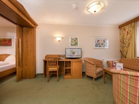Familien-Suite mit Sitzecke im Hotel Zauchenseehof