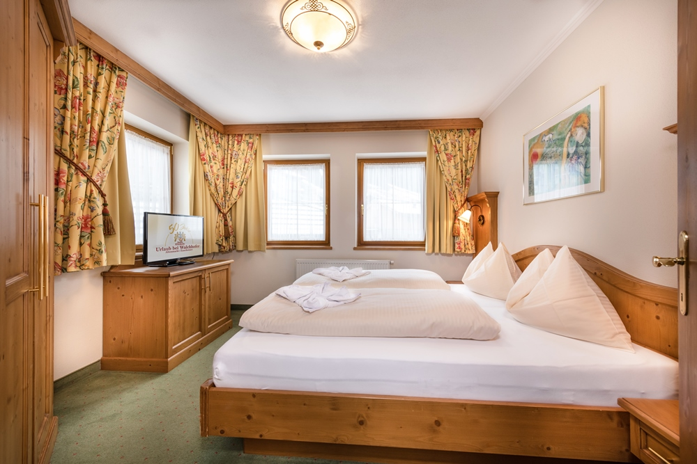 Doppelbett in 3-Raum-Appartement im Familienhotel Zauchenseehof