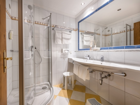 Badezimmer mit großem Spiegel im Hotel Zauchenseehof