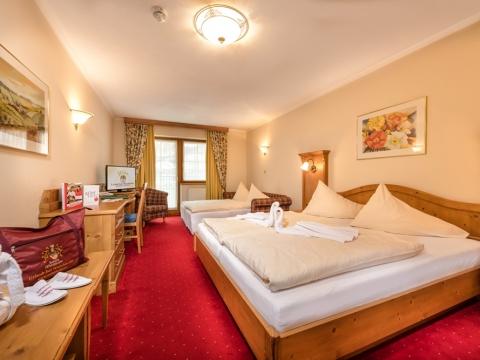 Familienzimmer mit Doppelbett und Schlafcouch im Familienhotel Zauchenseehof