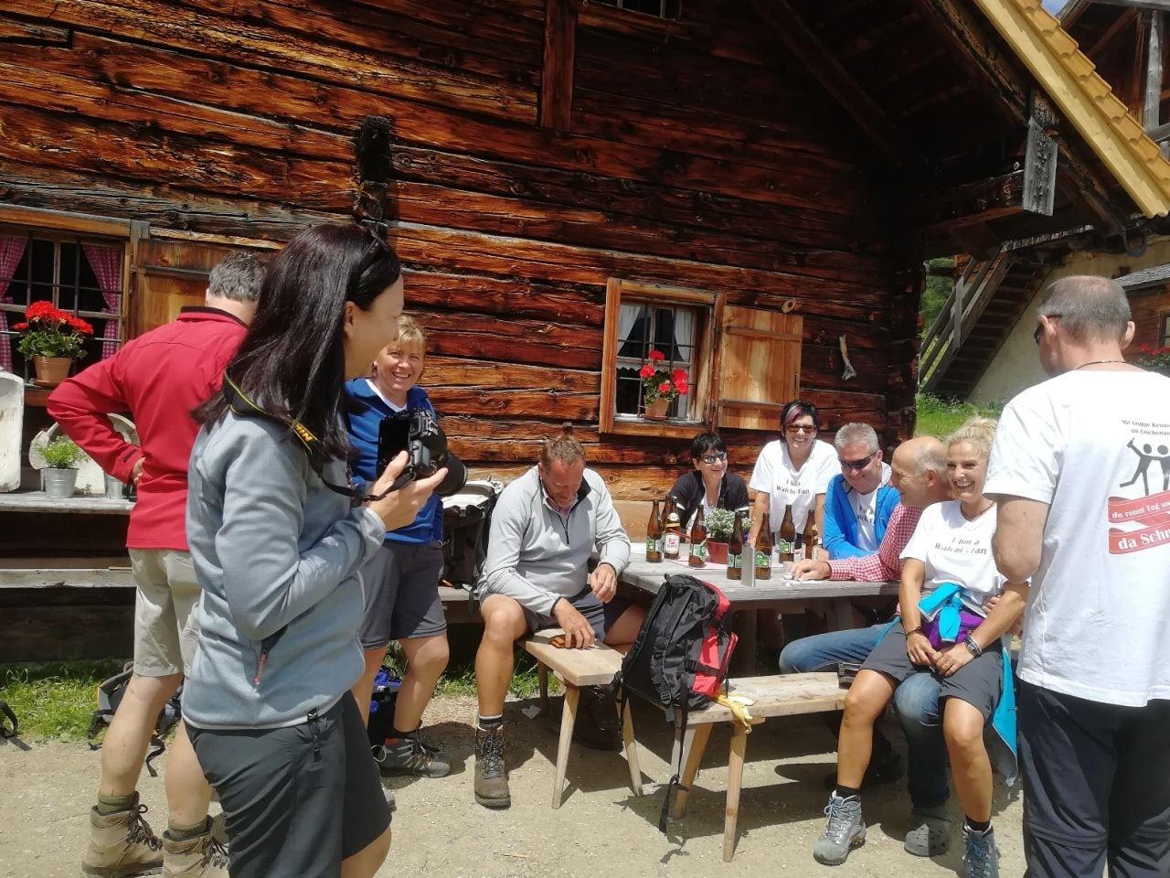 Gäste vom Hotel Zauchenseehof auf einer Wanderhütte