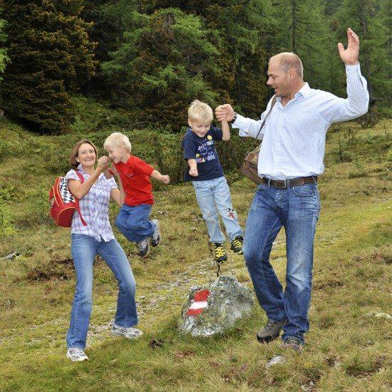 Familie Walchhofer beim Wandern