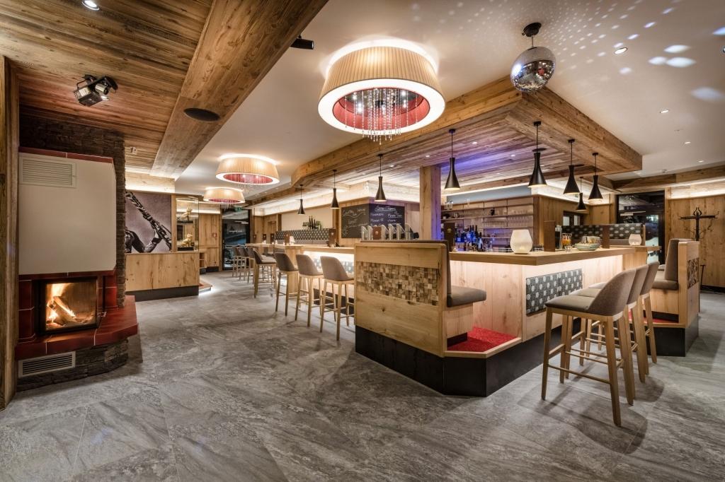 Moderner Bar-Bereich im Hotel Zauchenseehof
