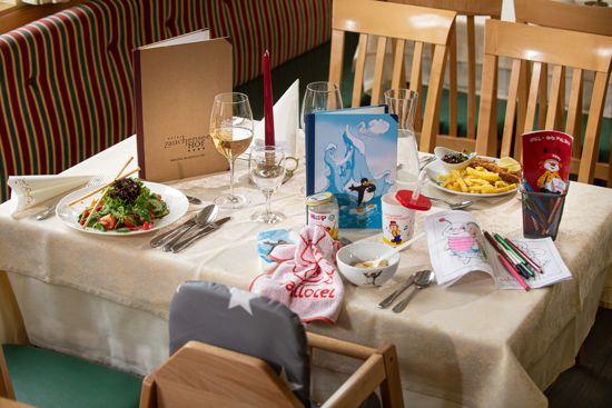 Ein gedeckter Kinder-Familien Mittagstisch im Familienhotel in Österreich