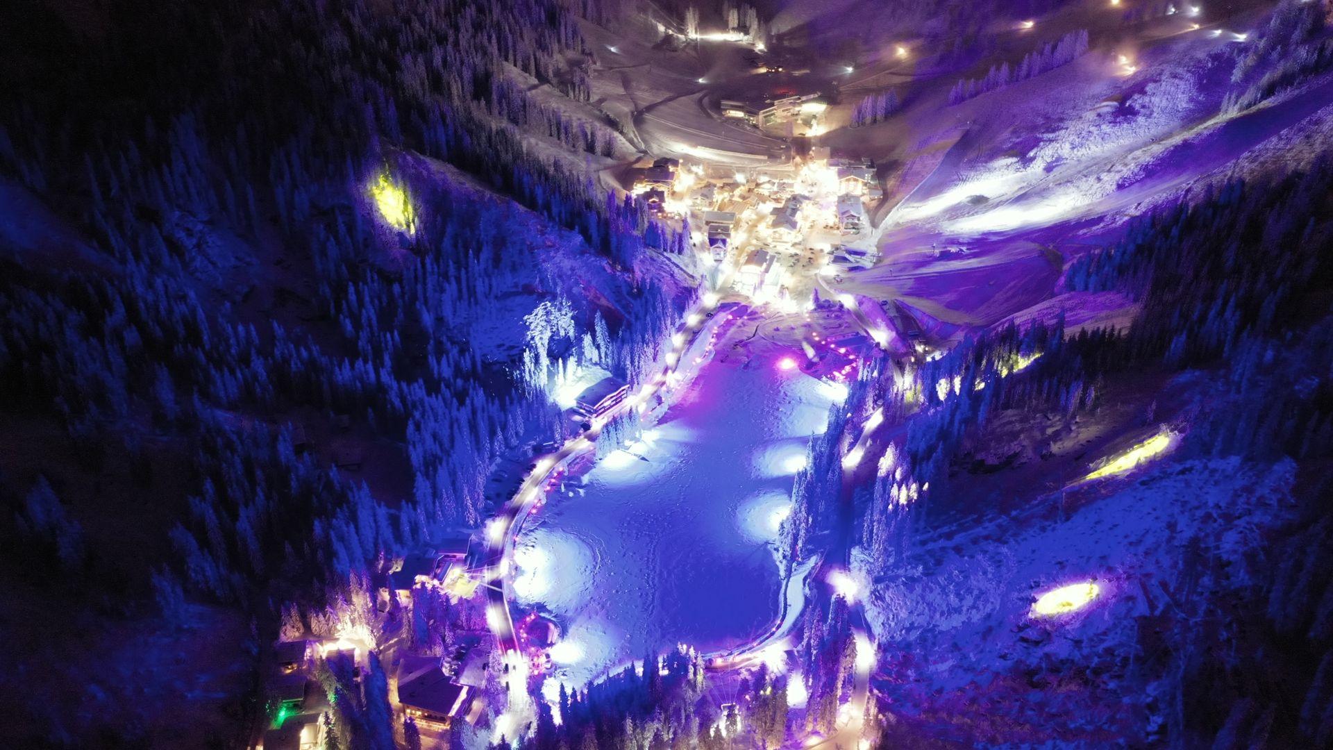 der weihnachtliche Bergsee.Advent in Zauchensee von oben